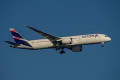 在星期二Latam航空公司在最后渐近的波音787 Dreamliner向悉尼机场2017年5月23日 图库摄影