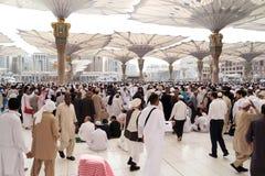 在星期五Nabawi清真寺的祷告前面,麦地那以后的穆斯林 免版税库存照片