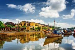 在星期四好的妙语河,会安市(Hoian),越南的木小船 免版税库存图片