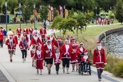 在星期天圣诞老人乐趣跑堪培拉2013年12月1日 库存照片