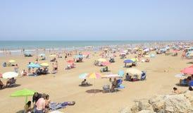 在星期天,拥挤海滩 免版税库存图片