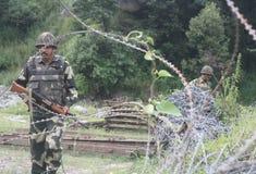 在星期天巴基斯坦军队射击了在Mendhar区段的印地安位置沿控制地点的线在查谟Poonch区  库存照片