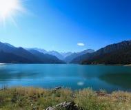 在星期日之下的天堂般的湖 免版税库存图片