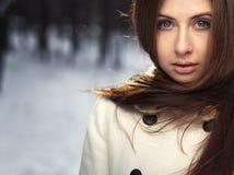 冻结在星期日日的美丽的女孩纵向 免版税库存图片