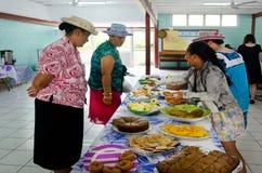 在星期日早晨茶的库克群岛妇女服务传统食物 库存图片
