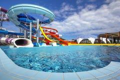 在星莲属Aquapark的水滑道在奥拉迪亚,罗马尼亚 免版税库存图片