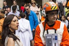 在星际大战服装假装的人们 库存照片