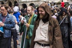 在星际大战服装假装的人们 免版税库存图片