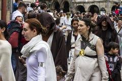 在星际大战服装假装的人们 图库摄影