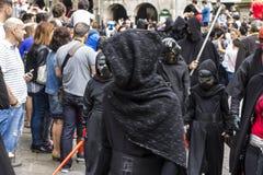 在星际大战服装假装的人们 库存图片