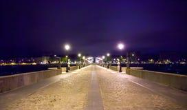 在春天在附近照亮的曼萨纳雷斯河的托莱多桥梁 库存图片
