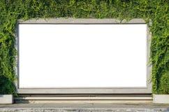 在春天夏天绿色的白色广告牌离开背景 免版税库存图片