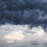 在春天天空的重的黑暗的雨云 库存照片