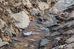 在春天小河的纸小船 图库摄影