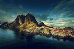 在春天日落-雷讷, Lofoten海岛的渔小屋 库存图片