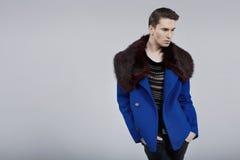 在春天时尚外套打扮的英俊的人 库存图片