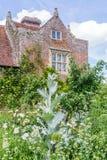 在春天期间的英国城堡庭院在苏克塞斯,英国 免版税图库摄影