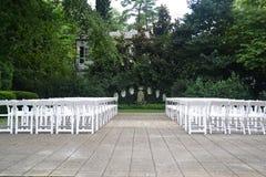 在春天期间的室外婚礼就座 库存照片