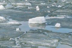 在春天湖的熔化的冰 免版税图库摄影