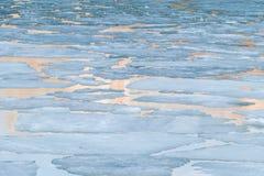 在春天湖的熔化的冰 库存照片