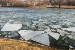 在春天湖的熔化的冰 库存图片