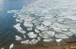 在春天湖的熔化的冰 免版税库存图片