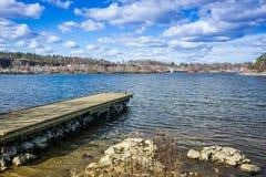 在春天瑞典人海岸的木桥 免版税库存图片