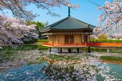 在春天的日本神道的信徒的寺庙 免版税库存图片