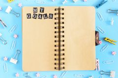 在春天的笔记薄是开放的 在文具旁边 笔记本的棕色页有我的题字 免版税库存图片