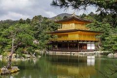 在春天的Kinkakuji金黄寺庙,京都日本 库存照片