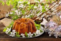 在春天装饰的复活节蛋糕 免版税图库摄影