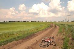 在春天风景的自行车 免版税库存照片