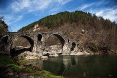 在春天,无背长椅建筑学,阿尔迪诺,保加利亚的恶魔的桥梁 库存图片