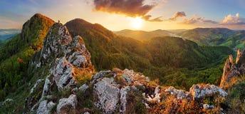在春天- Vrsatec的斯洛伐克山 免版税库存照片