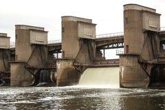在春天snowmelt期间的水放电在莫斯科河安装的Perervinsk水坝,维护适当的水平面 图库摄影
