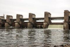 在春天snowmelt期间的水放电在莫斯科河安装的Perervinsk水坝,维护适当的水平面 库存图片
