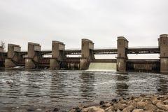 在春天snowmelt期间的水放电在莫斯科河安装的Perervinsk水坝,维护适当的水平面 免版税库存图片