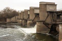 在春天snowmelt期间的水放电在莫斯科河安装的Perervinsk水坝,维护适当的水平面 免版税库存照片
