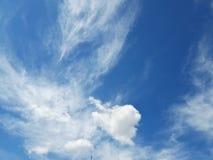 在春季的天空蔚蓝的白色云彩 大安静、淡色和无限感觉  免版税图库摄影