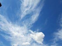 在春季的天空蔚蓝的白色云彩 大安静、淡色和无限感觉  免版税库存图片