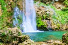 在春季的瀑布 免版税库存图片