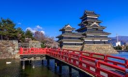 在春季的马塔莫罗斯城堡,长野,日本 免版税图库摄影