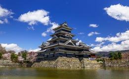 在春季的马塔莫罗斯城堡,长野,日本 免版税库存照片