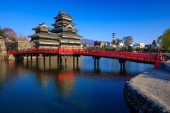 在春季的马塔莫罗斯城堡,长野,日本 免版税库存图片