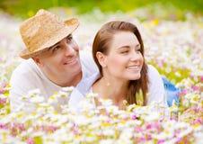 在春黄菊草甸的美好的夫妇 免版税图库摄影