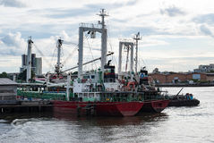 在昭披耶河停住的货船,曼谷,泰国 免版税图库摄影