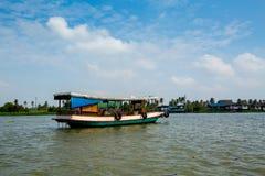在昭披耶河在曼谷, Thailan的旅游出租汽车小船 免版税库存照片