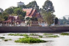 在昭披耶河对面的Wat轰隆Sai 免版税图库摄影