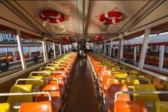 在昭披耶河,昭披耶河的渡轮是一条主要河在泰国,运输业务的更多渡轮 免版税库存图片