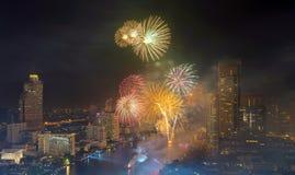 在昭披耶河,泰国的烟花曼谷新年 库存图片